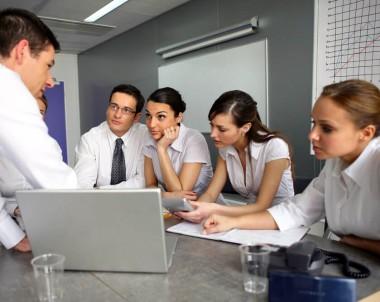 Liderança democrática em reunião de trabalho